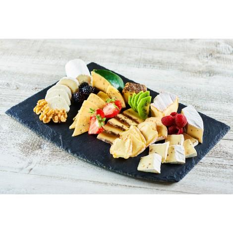 Malá sýrová mísa z francouzských sýrů s ovocem a ořechy