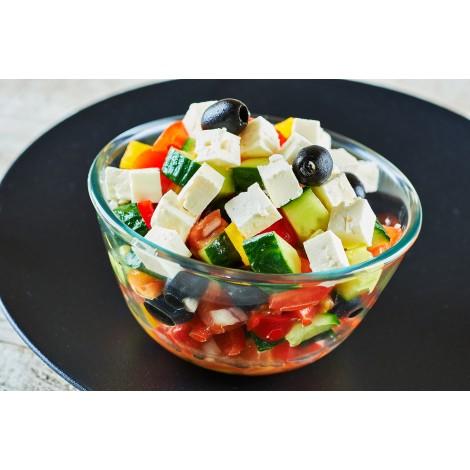 Mísa řeckého salátu ze salátové okurky, rajčat, barevných paprik, oliv a sýra feta