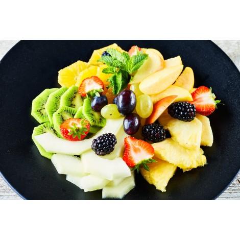 Mísa čerstvého krájeného ovoce s čerstvou mátou